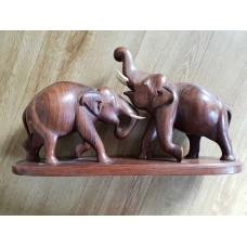 Elefanter i utskårne tre.